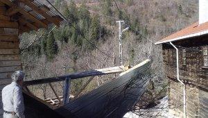 Kastamonu'da fırtına ağaçları devirdi, çatıları uçurdu