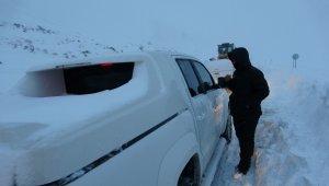 Muş-Kulp karayolunda mahsur kalan araçlar için ekipler seferber oldu