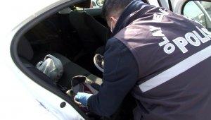 Polisin şok uygulamasına takılan hırsızlar çaldıkları araçları bırakıp kaçtı