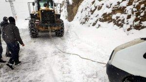 Siirt'te karda mahsur kalan yolcu minibüsü kurtarıldı