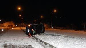 Sinop'ta aydınlatma direğine çarpan otomobil yan yattı: 3 yaralı