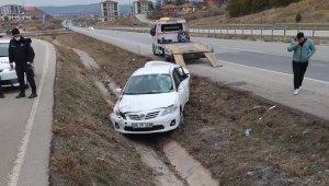 Takla atan otomobil şarampole devrildi: 2 yaralı