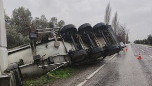 Tanker yağışlı yolda kayarak devrildi