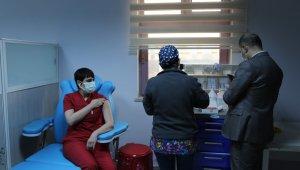 Tunceli'de aşılama başladı, ilk aşıyı enfeksiyon hastalıkları uzmanı oldu
