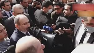 Ermenistan Başbakanı Paşinyan, Erivan sokaklarını gezerek megafonla halka sesleniyor