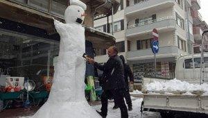 İşi gücü bırakıp 3 metrelik kardan adam yaptı
