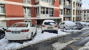 Kar yağışıyla birlikte sokaklar beyaza büründü, araçlar karla kaplandı
