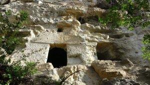 Kayalar oyularak yapılan Pedromida Kilisesi definecilerin hedefi haline geldi