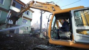 Kocaeli'de hasarlı binaların yıkım çalışması sürüyor