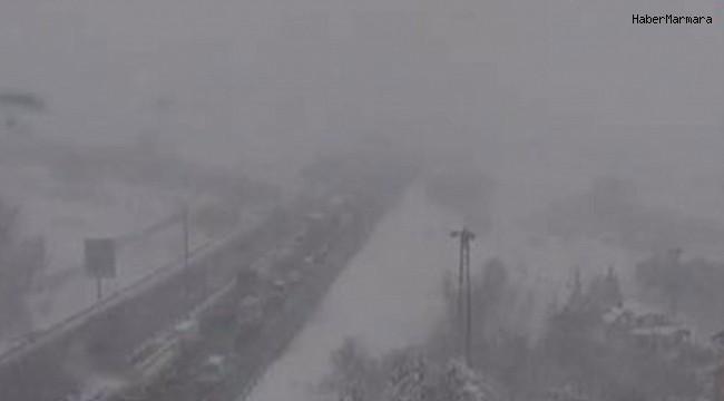 TIR devrildi, İstanbul yönünde trafik durdu