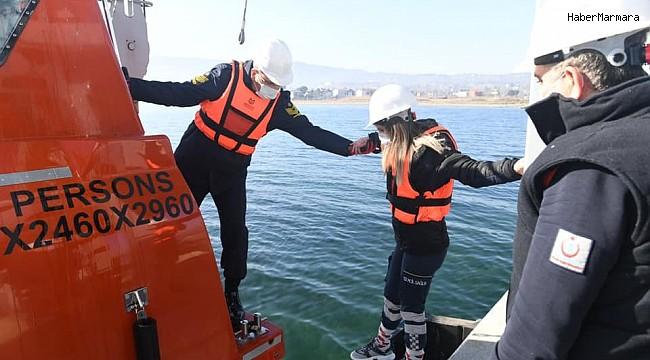 Askerî acil yardım personeline, denizde hastaya müdahale eğitimi