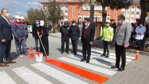 Burhaniye'de Kaymakam Memiş öğrencilerle kırmızı çizgi çizdi