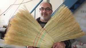 Çalı süpürgesi imalatıyla teknolojiye direniyor