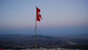 Denizli'de Ülkü Ocakları 1840 metre yükseklikte Türk bayrağını değiştirdi
