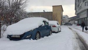 Karlıova güne yine karla uyandı, kar kamyonlarla taşınmaya başladı