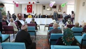 Özdemir'den huzurevine ziyaret