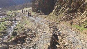 Selden zarar gören köy yollarında çalışmalar devam ediyor