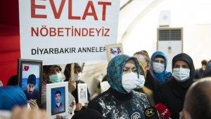 Vali Münir Karaloğlu'nun eşi HDP önündeki ailelerle bir araya geldi