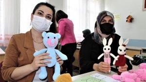 Anneler ve çocukları, ihtiyaç sahipleri için örgü bebek yapmaya başladı