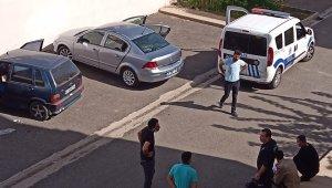 Araçların camlarını kırdılar, değerli eşya bulamayınca hoparlörleri çaldılar