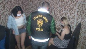Ataşehir'de kısıtlamaya rağmen eğlenirken basılan kişiler çatı katı ve özel bölmelere saklandı