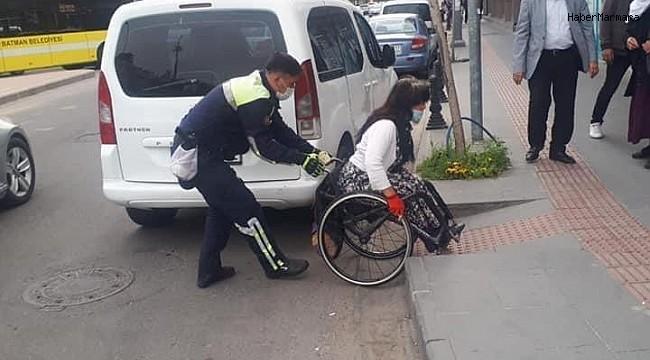 Batman'da trafik polisinden örnek davranış