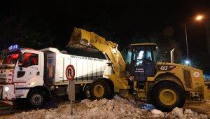 Belediye ekiplerinden gece kar temizliği