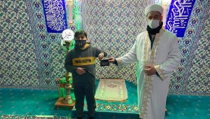 Çocuktan insanlık dersi: Camide bulduğu cüzdanı sahibine ulaştırdı