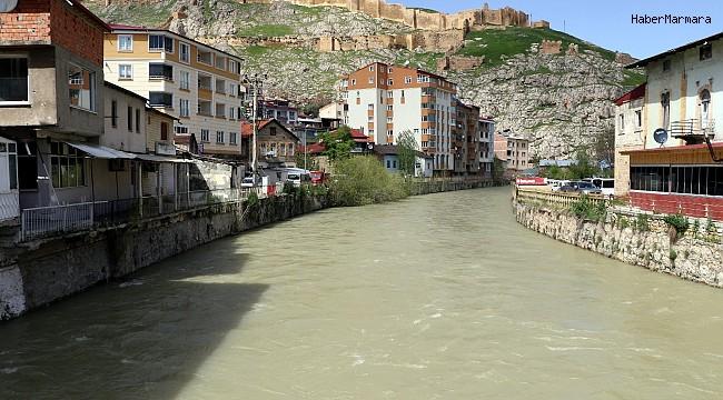 Çoruh nehri artan debisiyle Bayburt'u Venedik'e benzetti