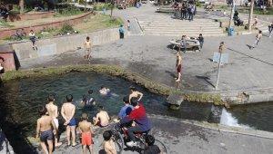 Diyarbakır'da çocuklar koronaya aldırış etmeden süs havuzunda eğlendi