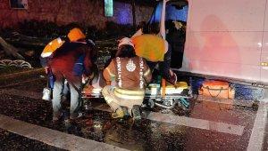 Dolmabahçe'de kontrolden çıkan minibüs önce ağaca sonra direğe çarptı