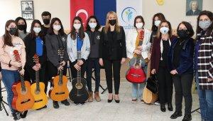 Enstrüman hediye edilen çocuklardan mini konser