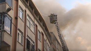 Eyüpsultan'da 3 katlı binanın çatısı alev alev yandı