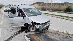 Hafif ticari araç kaldırıma çarptı: 2 yaralı
