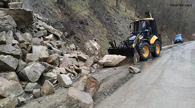 Heyelanda dev kayalar yolu kapattı