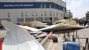 İzmir etkili olan fırtına nedeniyle, Güzelbahçe'deki Atatürk Kültür Merkezi'nin çatısı bölgedeki pazar yerinin üzerine uçtu. Olayda ilk belirlemelere göre 2 kişi yaralandı.