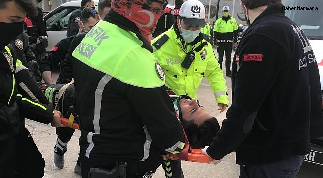 Motosikletli polis memuru ile kamyonet çarpıştı