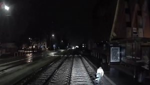 Polonya'da genç kadın tramvayın altında kalmaktan son anda kurtuldu