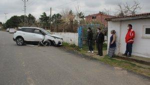 Sinop'ta cip bahçe duvarına çarptı: 3 yaralı