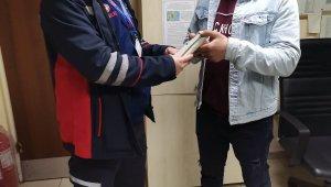Tramvayda unutulan içi dolar dolu cüzdan sahibine ulaştırıldı