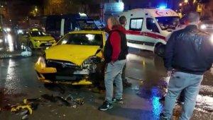 Ümraniye'de minibüs ile ticari taksi çarpıştı: 1 yaralı