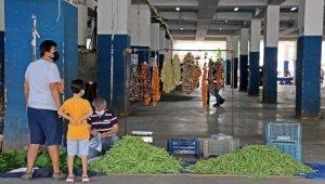 Antalya'da tam kapanmanın ilk pazar alışverişinde şaşırtan görüntü