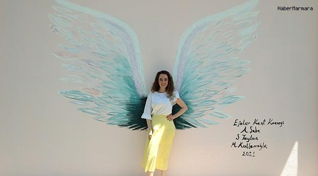Efeler'in duvarları Anneler Günü için renklendi