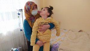 Fedakar anne ömrünü engelli kızına adadı
