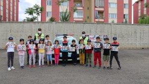 Jandarma sürücüleri bilgilendirdi, çocukları sevindirdi