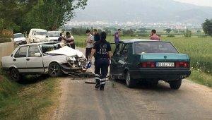 Osmaniye'de boş yolda iki otomobil kafa kafaya çarpıştı: 2 ağır yaralı