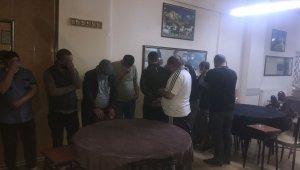 Polis içerde kumar oynayanları iş yerinin arka camından gördü sonra baskın düzenledi