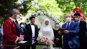 Şehit kızı babasının mezarını ziyaret etti ardından nikah salonuna gitti