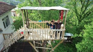 Torunu için evinin yanındaki ağaca ağaç ev yaptı