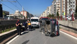 5 araçlık zincirleme kazada kaldırıma çarpan otomobil devrildi